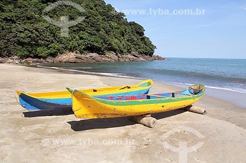 Canoas de atracadas na Praia de Paúba  - São Sebastião - São Paulo (SP) - Brasil