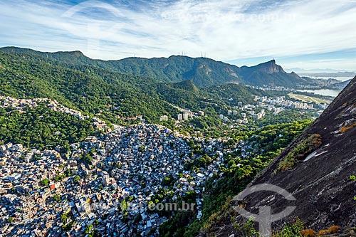 Vista da Favela da Rocinha a partir da trilha do Morro Dois Irmãos com o Cristo Redentor (1931) ao fundo  - Rio de Janeiro - Rio de Janeiro (RJ) - Brasil