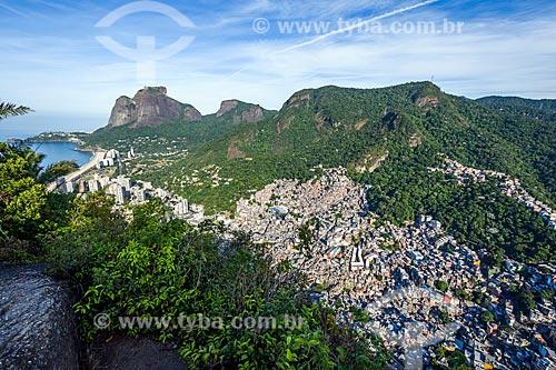 Vista da Favela da Rocinha a partir da trilha do Morro Dois Irmãos com a Pedra da Gávea ao fundo  - Rio de Janeiro - Rio de Janeiro (RJ) - Brasil