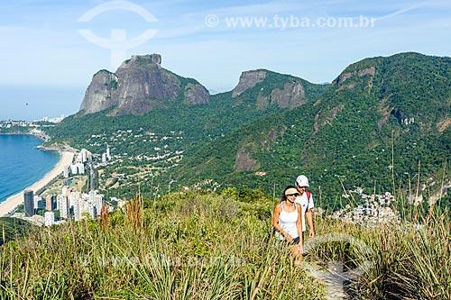 Vista do bairro de São Conrado a partir da trilha do Morro Dois Irmãos com a Pedra da Gávea ao fundo  - Rio de Janeiro - Rio de Janeiro (RJ) - Brasil
