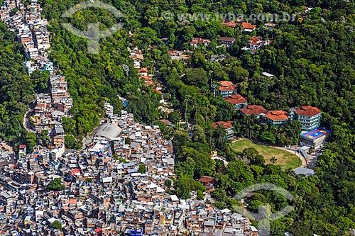 Vista da Favela da Rocinha - à esquerda - com a Escola Americana do Rio de Janeiro a partir do Morro Dois Irmãos  - Rio de Janeiro - Rio de Janeiro (RJ) - Brasil