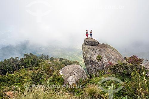 Pessoas no cume do Pico da Caledônia no Parque Estadual dos Três Picos  - Nova Friburgo - Rio de Janeiro (RJ) - Brasil