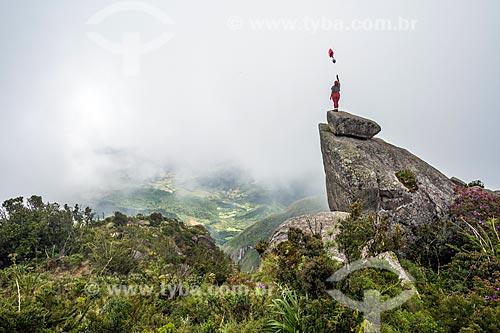 Mulher com balão no cume do Pico da Caledônia no Parque Estadual dos Três Picos  - Nova Friburgo - Rio de Janeiro (RJ) - Brasil
