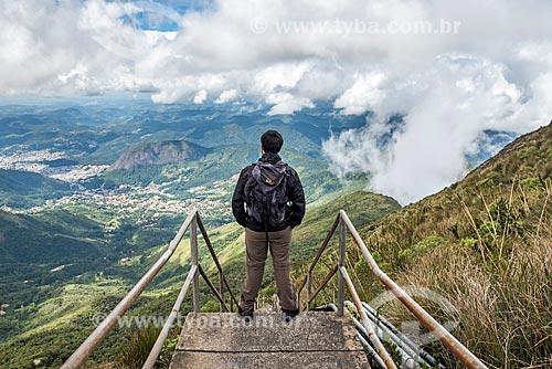 Homem observando a vista do Parque Estadual dos Três Picos a partir do Pico da Caledônia  - Nova Friburgo - Rio de Janeiro (RJ) - Brasil