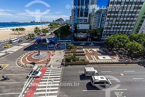 Vista geral da orla da Praia de Copacabana na esquina da Avenida Atlântica com a Avenida Princesa Isabel com a Estátua da Princesa Isabel (2003) na Avenida Princesa Isabel  - Rio de Janeiro - Rio de Janeiro (RJ) - Brasil