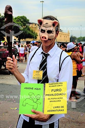 Folião fantasiado de porco durante o desfile do bloco de carnaval de rua Cordão do Boitatá  - Rio de Janeiro - Rio de Janeiro (RJ) - Brasil