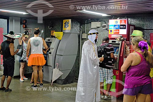 Foliões na fila do caixa eletrônico da estação Flamengo do Metrô Rio  - Rio de Janeiro - Rio de Janeiro (RJ) - Brasil