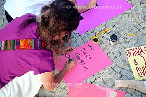 Manifestante prepara cartaz que diz: Não quero bombons, quero respeito - durante manifestação ao Dia Internacional da Mulher  - Rio de Janeiro - Rio de Janeiro (RJ) - Brasil