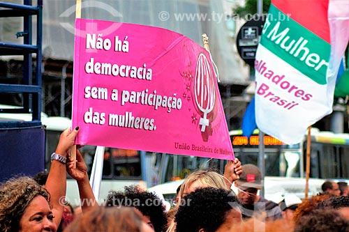 Cartaz que diz: Não há democracia sem a participação das mulheres - durante manifestação ao Dia Internacional da Mulher  - Rio de Janeiro - Rio de Janeiro (RJ) - Brasil