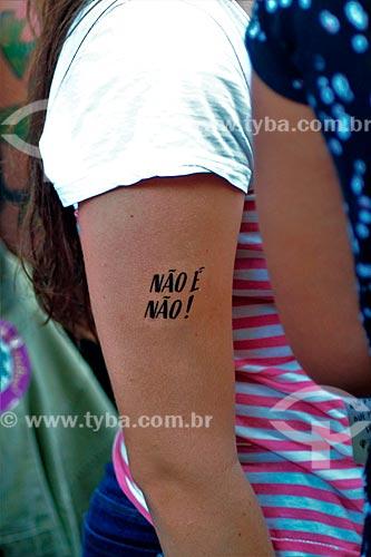 Manifestante com tatuagem que diz: No is no - durante manifestação ao Dia Internacional da Mulher  - Rio de Janeiro - Rio de Janeiro (RJ) - Brasil