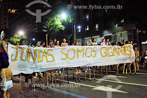 Mulheres com pernas de paus segurando faixa que diz: Juntas somo gigantes - durante manifestação ao Dia Internacional da Mulher  - Rio de Janeiro - Rio de Janeiro (RJ) - Brasil