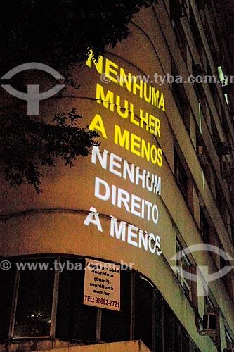 Projeção em fachada de prédio na Rua da Assembleia que diz: Nenhuma mulher a menos, nenhum direito a menos - durante manifestação ao Dia Internacional da Mulher  - Rio de Janeiro - Rio de Janeiro (RJ) - Brasil
