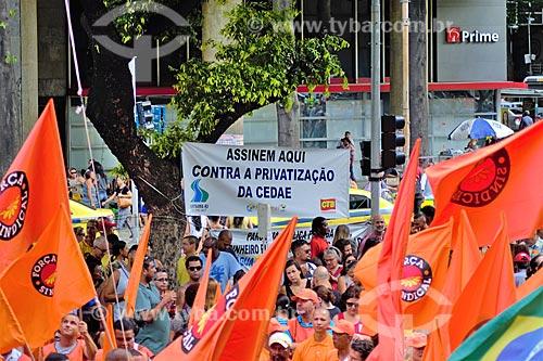 Ponto de coleta de assinaturas contra a privatização da CEDAE (Companhia Estadual de Águas e Esgotos) durante a manifestação contra a reforma da previdência  - Rio de Janeiro - Rio de Janeiro (RJ) - Brasil