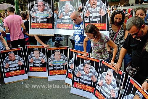 Cartazes de políticos fantasiados de detentos durante manifestação contra a reforma da previdência proposta pelo governo de Michel Temer  - Rio de Janeiro - Rio de Janeiro (RJ) - Brasil