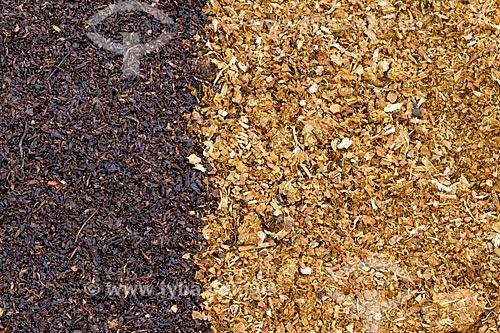Detalhe de resíduo escuro de fumo triturado - à esquerda - e folha seca clara de fumo triturado - à direita  - Guarani - Minas Gerais (MG) - Brasil