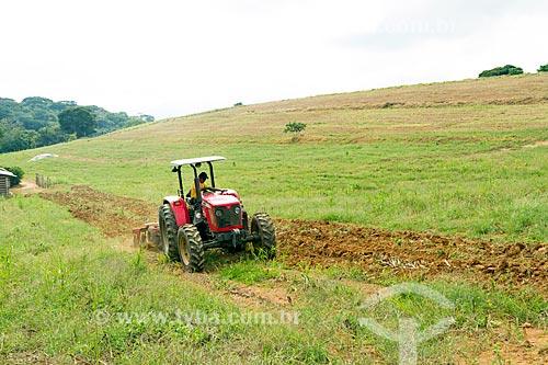 Trator arando o solo na zona rural da cidade de Guarani  - Guarani - Minas Gerais (MG) - Brasil