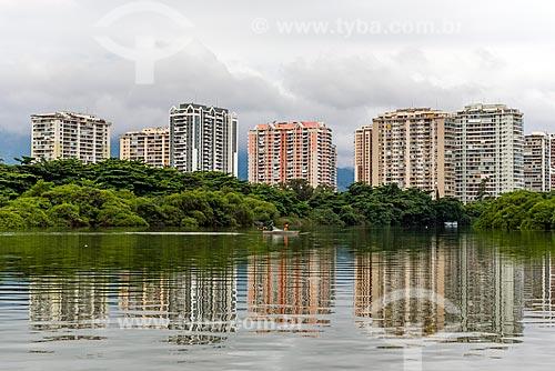 Vista da Lagoa de Marapendi com prédios do bairro da Barra da Tijuca ao fundo  - Rio de Janeiro - Rio de Janeiro (RJ) - Brasil