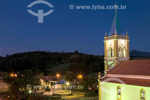 Vista da Igreja Matriz do Divino Espírito Santo com a Praça do Coreto ao fundo  - Guarani - Minas Gerais (MG) - Brasil