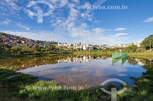 Vista da Barragem Santa Lúcia com o Morro do Papagaio à esquerda  - Belo Horizonte - Minas Gerais (MG) - Brasil