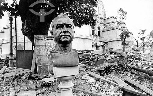 Detalhe de busto de Getúlio Vargas durante a demolição do Palácio Monroe  - Rio de Janeiro - Rio de Janeiro (RJ) - Brasil