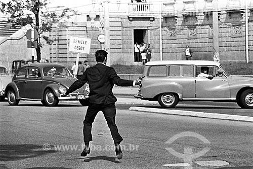 Agente à paisana do Serviço Nacional de Informações reprimindo manifestação durante o Regime Militar na Avenida Pasteur com o Instituto Benjamin Constant ao fundo  - Rio de Janeiro - Rio de Janeiro (RJ) - Brasil