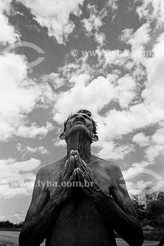Sertanejo José Arcanjo rezando por chuva  - Forquilha - Ceará (CE) - Brasil