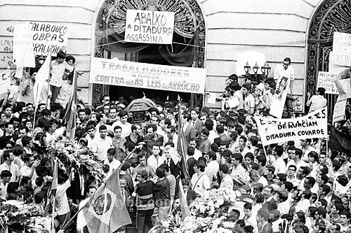 Protesto pela morte do estudante Edson Luís no Palácio Pedro Ernesto (1923) - sede da Câmara Municipal do Rio de Janeiro - durante o seu velório  - Rio de Janeiro - Rio de Janeiro (RJ) - Brasil