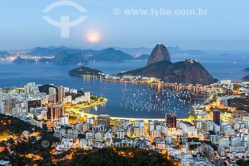 Vista do anoitecer na Enseada de Botafogo com o Pão de Açúcar a partir do Mirante Dona Marta  - Rio de Janeiro - Rio de Janeiro (RJ) - Brasil