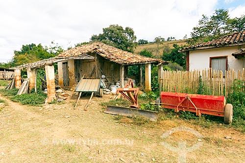 Armazém com equipamentos agrícolas e casa abandona na zona rural da cidade de Guarani  - Guarani - Minas Gerais (MG) - Brasil