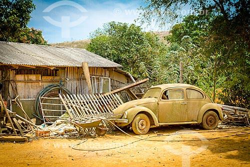 Fusca estacionado perto de armazém na zona rural da cidade de Guarani  - Guarani - Minas Gerais (MG) - Brasil