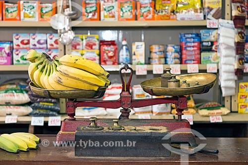 Detalhe de balança com banana no interior do Armazém Irmãos Ornellas  - Guarani - Minas Gerais (MG) - Brasil