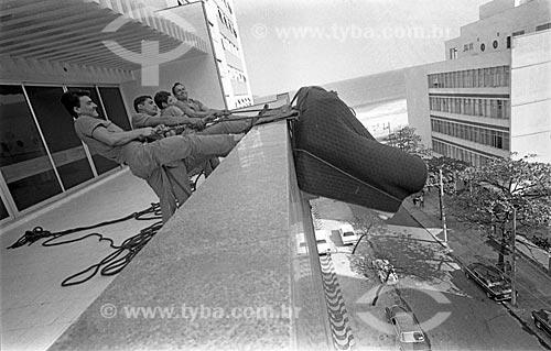 Homens fazendo a mudança de Danuza Leão - década de 70  - Rio de Janeiro - Rio de Janeiro (RJ) - Brasil