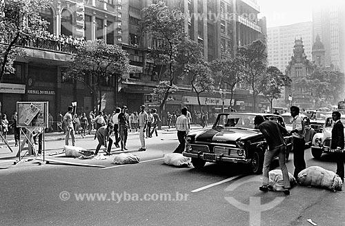 Barricada em frente à antiga sede do Jornal do Brasil - esquina da Avenida Rio Branco com a Avenida Sete de Setembro durante a repressão às manifestações durante o Regime Militar  - Rio de Janeiro - Rio de Janeiro (RJ) - Brasil