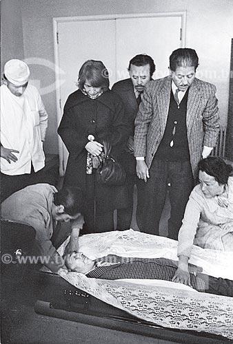 Dona Matilde no momento do translado do corpo de Pablo Neruda do Hospital Santa Maria  - Santiago - Província de Santiago - Chile