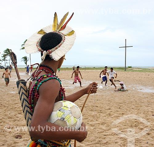 Meninos da tribo Pataxó jogando futebol próximo à Cruz em Coroa Vermelha - região onde desembarcou Pedro Álvares Cabral e onde foi realizada a primeira missa no Brasil  - Santa Cruz Cabrália - Bahia (BA) - Brasil