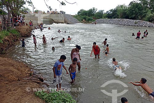 Pessoas tomando banho no Rio Paraíba após receber água do Projeto de Integração do Rio São Francisco  - Monteiro - Paraíba (PB) - Brasil