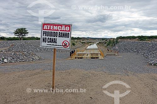 Canal de irrigação do Projeto de Integração do Rio São Francisco com as bacias hidrográficas do Nordeste Setentrional com placa de aviso que diz: Atenção, proibido banho no canal  - Monteiro - Paraíba (PB) - Brasil