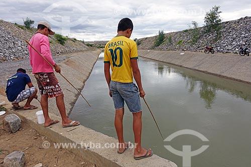 Pescadores no canal de irrigação do Projeto de Integração do Rio São Francisco com as bacias hidrográficas do Nordeste Setentrional  - Monteiro - Paraíba (PB) - Brasil