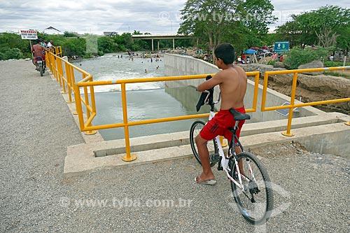 Menino observando o vertedouro despejando água no Rio Paraíba - Projeto de Integração do Rio São Francisco  - Monteiro - Paraíba (PB) - Brasil