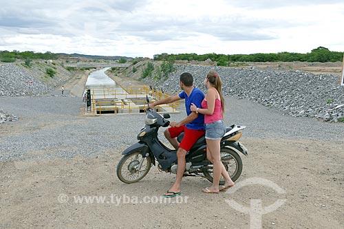 Casal em motocicleta observando o canal de irrigação do Projeto de Integração do Rio São Francisco com as bacias hidrográficas do Nordeste Setentrional  - Monteiro - Paraíba (PB) - Brasil