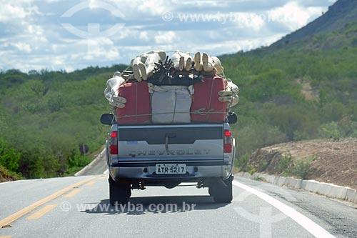 Caminhonete transportando manequins na Rodovia BR-428 entre as cidades de Cabrobó e  Orocó  - Cabrobó - Pernambuco (PE) - Brasil