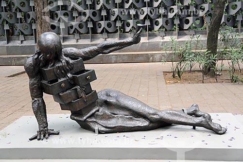Escultura Mujer con cajones (Mulher com gavetas) - em exposição a céu aberto no Museo Nacional de Antropología (Museu Nacional de Antropologia do México)  - Cidade do México - Distrito Federal - México