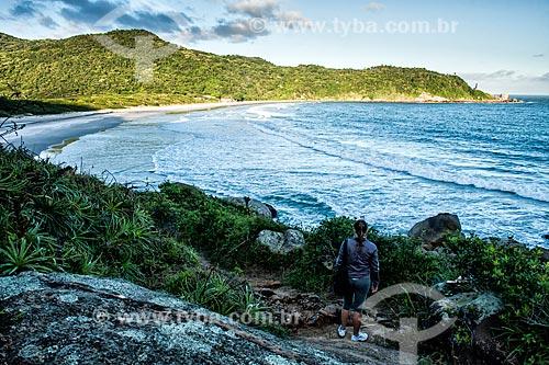 Vista da Praia de Naufragados a partir de trilha no Parque Estadual da Serra do Tabuleiro  - Florianópolis - Santa Catarina (SC) - Brasil