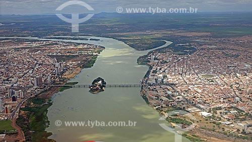 Foto aérea da Ponte Presidente Eurico Gaspar Dutra - liga os municípios de Petrolina (PE) - à esquerda - e Juazeiro (BA) - à direita  - Petrolina - Pernambuco (PE) - Brasil