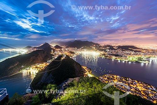 Bondinho do Pão de Açúcar fazendo a travessia entre o Morro da Urca e o Pão de Açúcar durante o anoitecer  - Rio de Janeiro - Rio de Janeiro (RJ) - Brasil