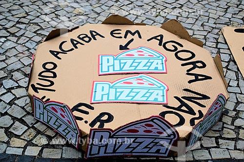 Cartaz que diz: Tudo acaba em pizza? Agora não  - durante manifestação após delação da JBS contra o Presidente Michel Temer  - Rio de Janeiro - Rio de Janeiro (RJ) - Brasil