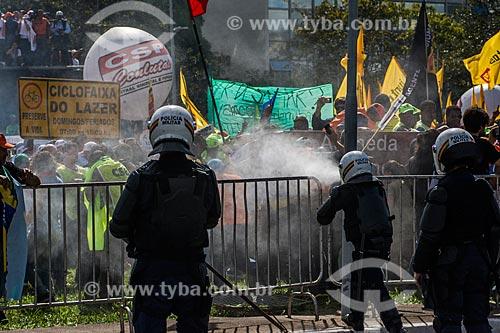 Policial utilizando spray de pimenta para dispersar a manifestação contra o governo de Michel Temer na Esplanada dos Ministérios  - Brasília - Distrito Federal (DF) - Brasil