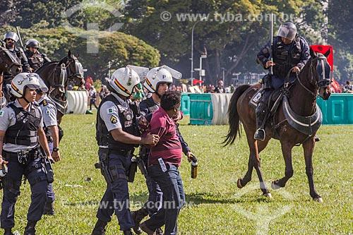 Manifestante sendo preso durante a manifestação contra o governo de Michel Temer na Esplanada dos Ministérios  - Brasília - Distrito Federal (DF) - Brasil