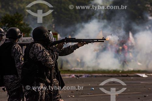 Policial utilizando lançador de bala de borracha para dispersar a manifestação contra o governo de Michel Temer na Esplanada dos Ministérios  - Brasília - Distrito Federal (DF) - Brasil