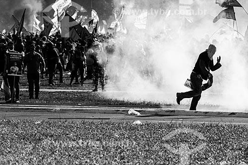 Confronto entre manifestantes e a Polícia Militar durante a manifestação contra o governo de Michel Temer na Esplanada dos Ministérios  - Brasília - Distrito Federal (DF) - Brasil